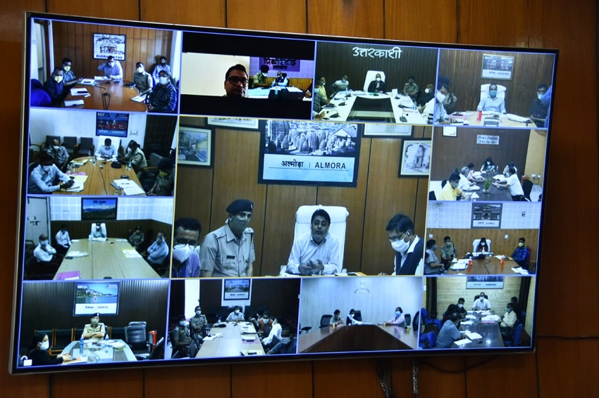 Chief Minister Shri Tirath Singh Rawat held a virtual meeting with the District Magistrates from the Secretariat regarding the control of Kovid-19 and the progress of Kovid vaccination.