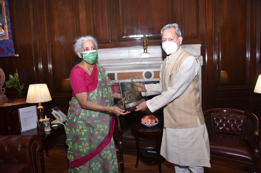 The Chief Minister, Shri Tirath Singh Rawat called on the Union Finance Minister, Smt. Nirmala Sitharaman, in New Delhi on Monday.