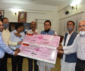 Chief Minister to T.H.D.C. The CMD presented a check of one crore for the Chief Minister's Disaster Relief Fund.