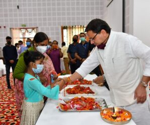 CM Pushkar Singh tied Rakhi to the girls and other mothers and sisters who came from Nari Niketan on the occasion of Raksha Bandhan.