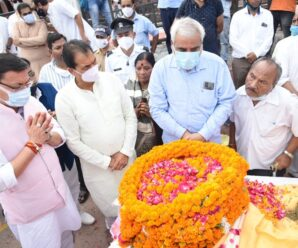 Munikireti Ghat- The Chief Minister paid floral tributes to the body of Suraj Kunwar Shah ji after paying his last respects.